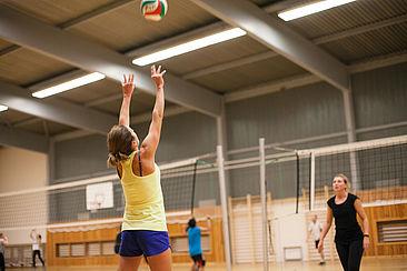 Zwei Studentinnen spielen Volleyball