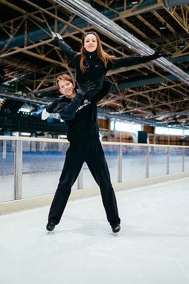 HTW-Studentin Tanja Kolbe und ihr Eistanzpartner Stefano Caruso bei einer Hebefigur auf dem Eis