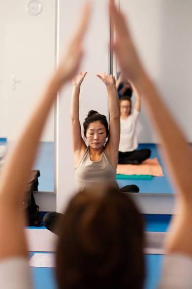 Yoga-Lehrerin im Unterricht